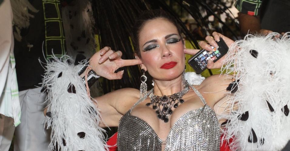 Luciana Gimenez se incomoda com barulho na concentração da Grande Rio (21/2/2012)