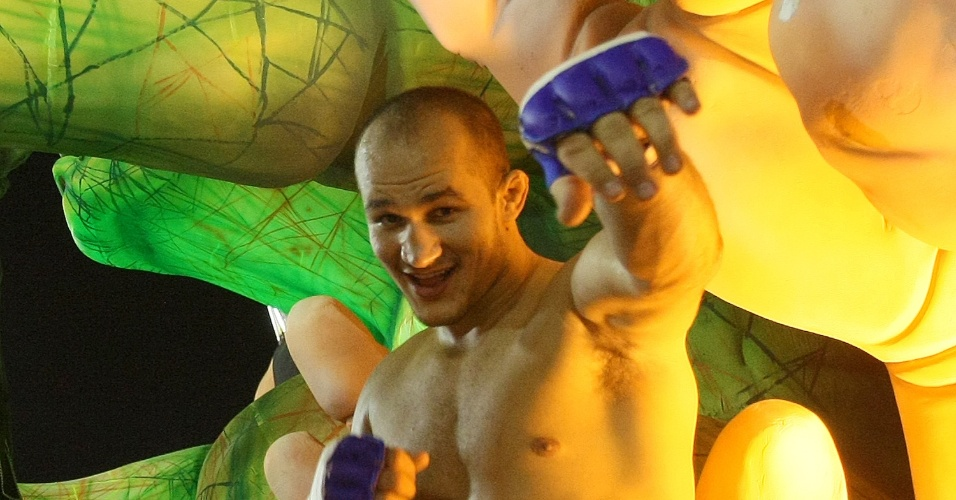 Lutador de MMA Junior Cigano desfilou em carro alegórico da Grande Rio (21/2/2012)
