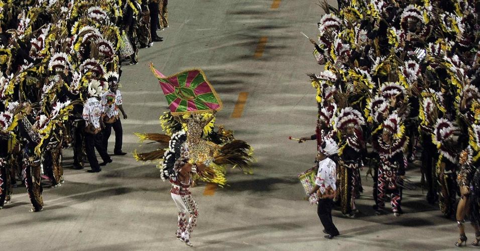 Momento em que a bateria da Mangueira abre espaço para passagem do casal de mestre-sala e porta-bandeira (21/2/2012)