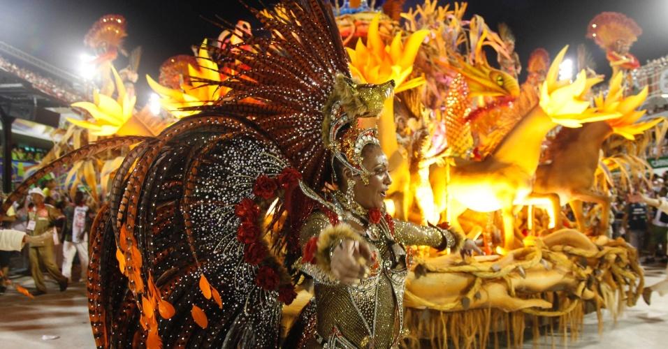 Musa da Salgueiro samba em desfile na Sapucaí, no Rio (20/2/12)