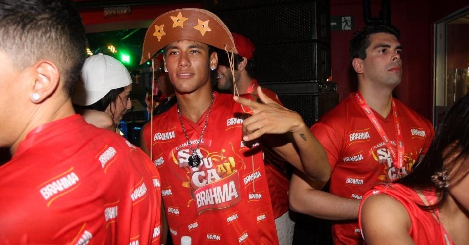 Neymar faz pose em camarote na Sapucaí, no Rio de Janeiro (21/2/12)