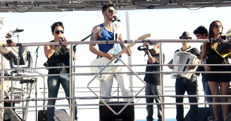 O cantor Gusttavo Lima agita público no trio elétrico Fecundança do circuito Barra-Ondina (Dodô), em Salvador (21/2/12)
