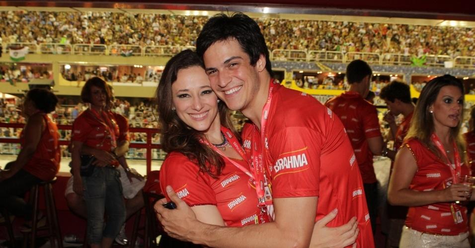 O casal de atores Paula Braun e Mateus Solano curtem o segundo dia de desfile na Sapucaí