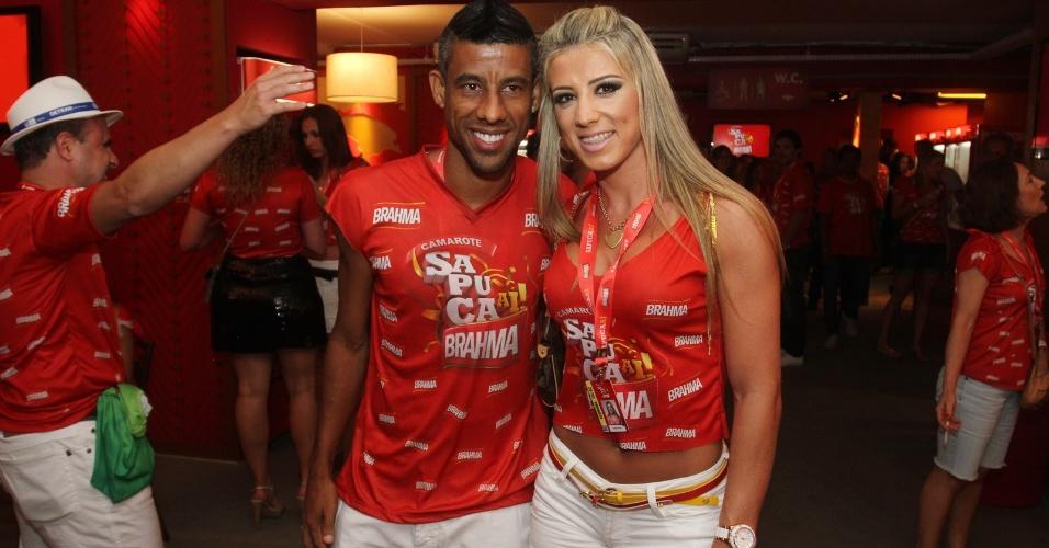 O jogador de futebol Leo Moura e a namorada, Camila Silva