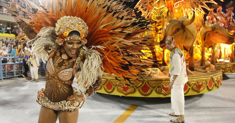 Passista da Salgueiro desfila na Sapucaí, no Rio (20/2/12)