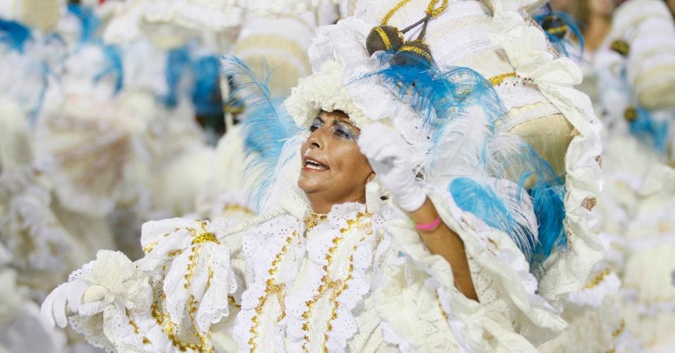 Passista da Unidos da Tijuca desfila enredo sobre Luiz Gonzaga na Sapucaí (21/2/2012)