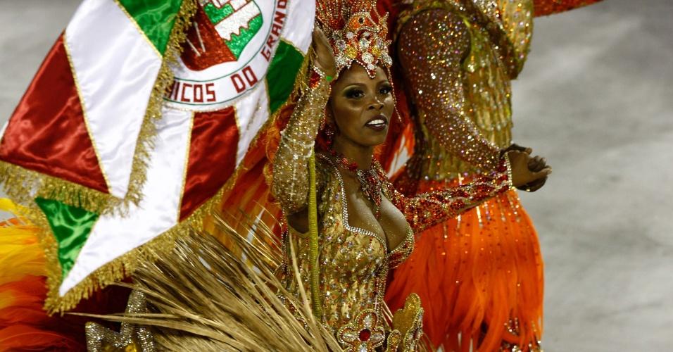 Porta-bandeira da Grande Rio, última escola a desfilar no Carnaval do Rio (21/2/2012)