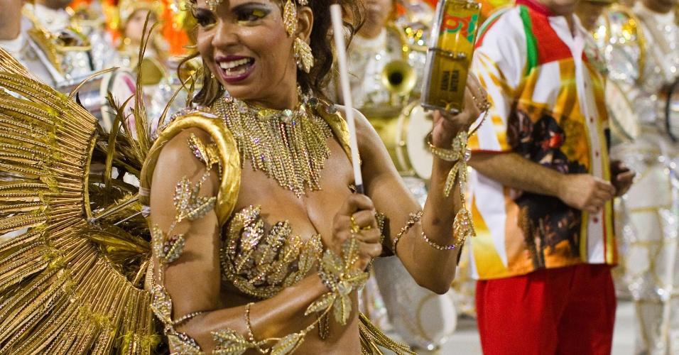 Rosemeire Rocha, rainha de bateria, desfila na X-9 Paulistana (18/2/12)