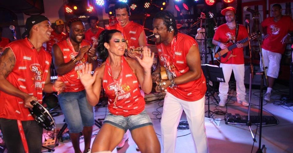 Scheila Carvalho samba ao som de Xande de Pilares, do Revelação, em camarote na Sapucaí, no Rio de Janeiro (21/2/12)