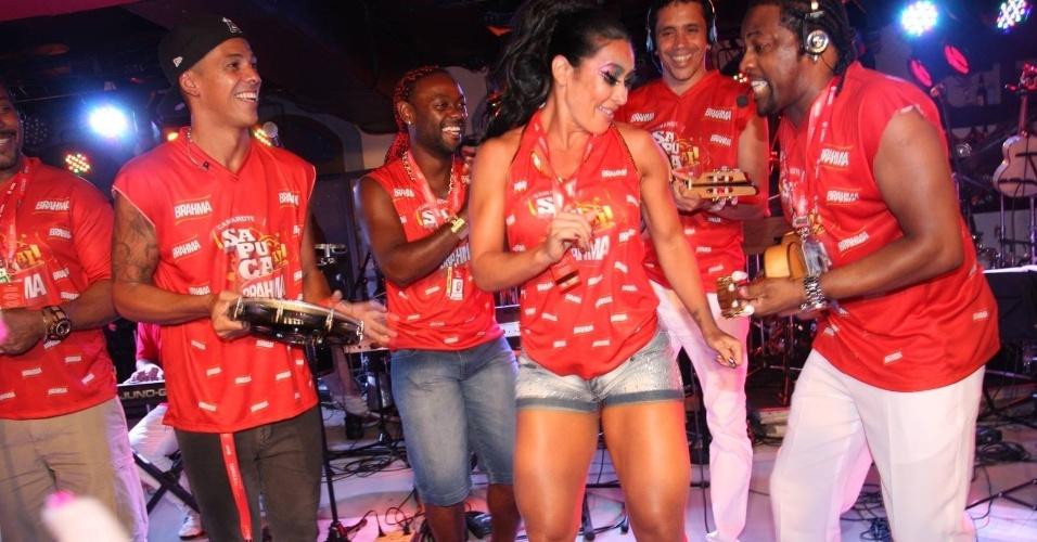 Scheila Carvalho samba ao som de Xande de Pilares, do Revelação, em camarote na Sapucaí, no Rio de Janeiro e anima os convidados(21/2/12)