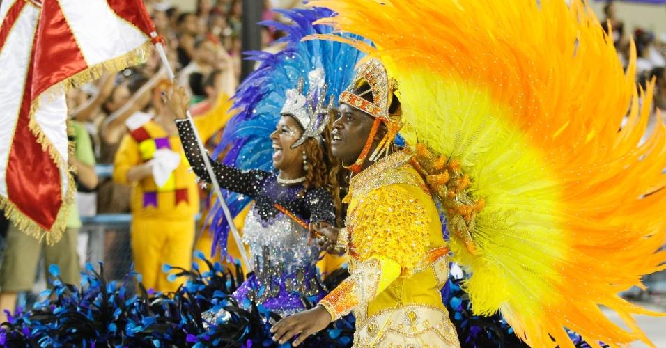 Sidclei e Gleice Simpatia, primeiro casal de mestre-sala e porta-bandeira da Salgueiro, desfilam na Sapucaí, no Rio (20/2/12)