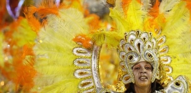 Última escola a desfilar na madrugada de domingo, a Tom Maior fechou o Carnaval paulistano mostrando seres celestiais enviados à Terra para levar a humanidade ao caminho da paz. A comissão de frente da escola representa as ninfas e guerreiros da corte (19/2/12)