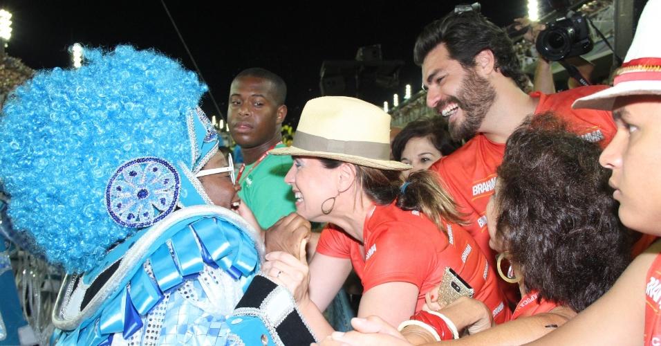 Vanessa Lóes fica empolgada com desfile e abraça carnavalesca na madrugada de terça-feira na Sapucaí (21/2/12)