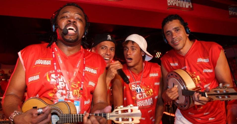 Xande de Pilares, do Revelação, e Neymar agitam camarote na Sapucaí, no Rio de Janeiro (21/2/12)