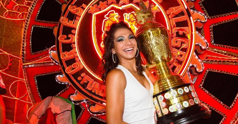 Aline Oliveira, rainha de bateria da Mocidade Alegre, segura taça de campeã do Carnaval de 2012 na quadra da escola (22/2/12)