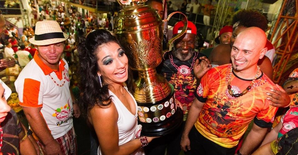 Aline Oliveira, rainha de bateria, e integrantes da Mocidade Alegre voltam à quadra da escola para comemorar título do Carnaval de 2012 (22/2/12)