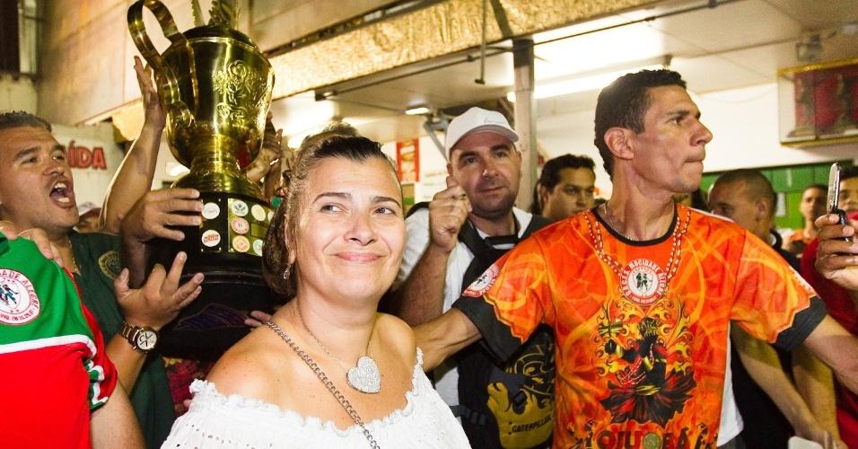 Após confusão e confirmação no final da noite de terça, Solange Bichara Rezende, presidente da Mocidade Alegre, chega à quadra da escola na madrugada de quarta-feira com a taça de campeã (22/2/2012)