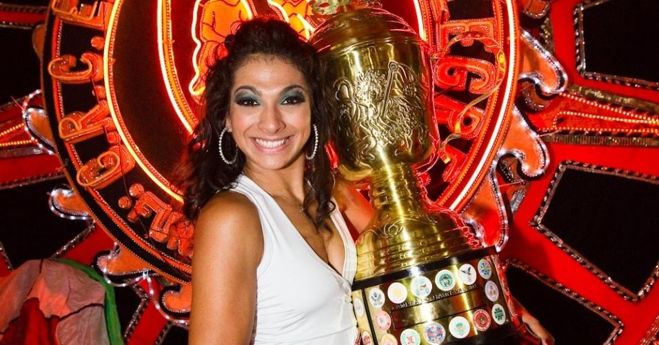 Após confusão e decisão tardia, Aline Oliveira, rainha de bateria da Mocidade Alegre, segura taça de campeã do Carnaval de 2012 na quadra da escola (22/2/12)