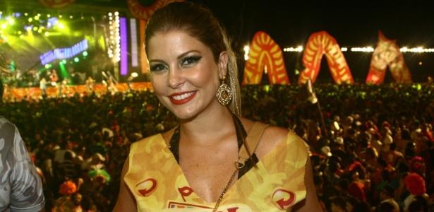 Bárbara Borges aproveita a última noite de Carnaval em Recife (21/2/12)