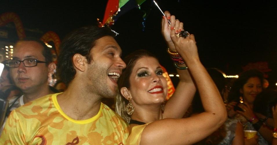 Bárbara Borges e Armando Babaioff aproveitam a última noite de Carnaval em Recife (21/2/12)