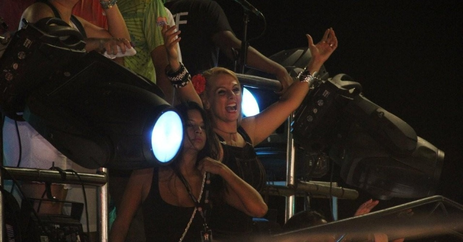 Carla Perez assiste à apresentação do Harmonia do Samba no trio Meu e Seu, no circuito Barra-Ondina, em Salvador (21/2/12)