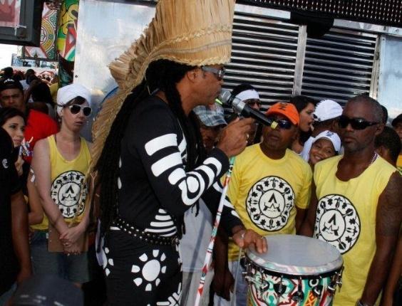 """Com dia de sol, Carlinhos Brown canta no """"arrastão"""" em Salvador, o encerramento do Carnaval, e agita foliões (22/2/12)"""