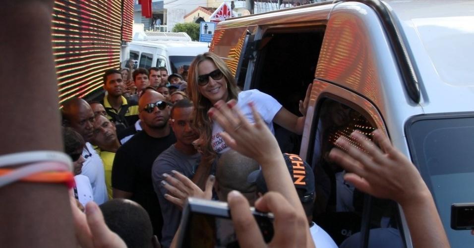 """Depois de cair em trio, Claudia Leitte chega para participar do """"arrastão"""" em Salvador, o encerramento do Carnaval (22/2/12)"""