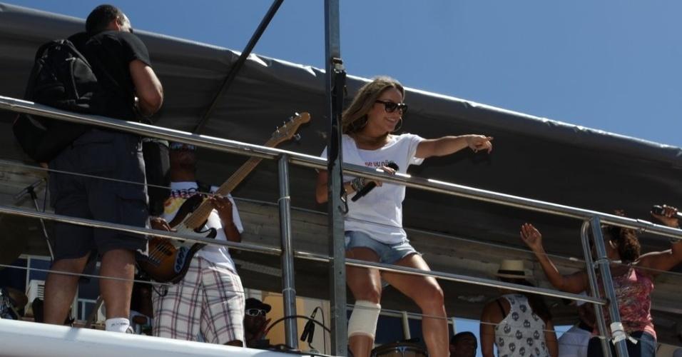 """""""É um prazer estar aqui nesse trio. Eu amo a Ivete"""", disse Claudia Leitte durante show em Salvador (22/2/12)"""