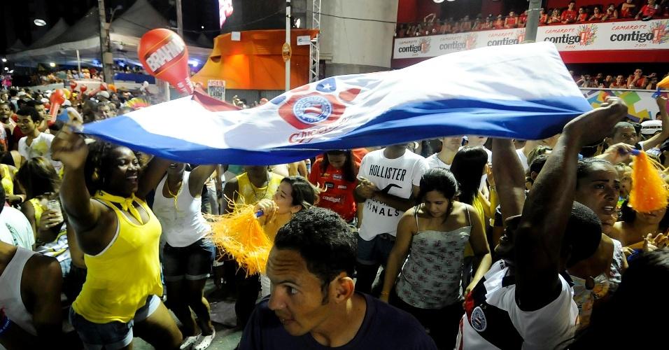 Foliões dançam ao som do Harmonia do Samba no Farol da Barra (21/2/12)