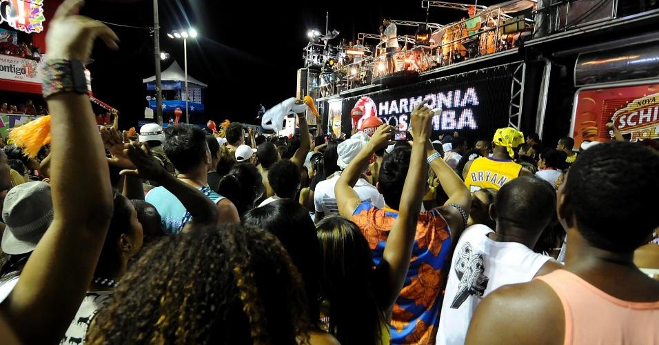 Foliões dançam ao som do Harmonia do Samba no Farol da Barra nesta terça-feira (21/2/12)