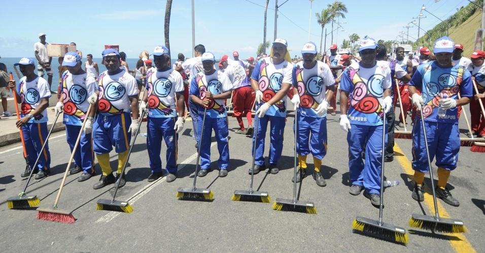 Homens limpam as ruas de Salvador no último dia de Carnaval (22/2/12)