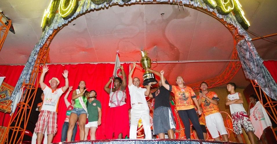 Integrantes da Mocidade Alegre voltam à quadra da escola para comemorar título do Carnaval de 2012 (22/2/12)