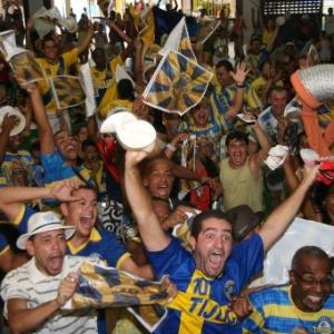 Integrantes da Unidos da Tijuca comemoram a vitória no Carnaval de 2012 (Foto: )