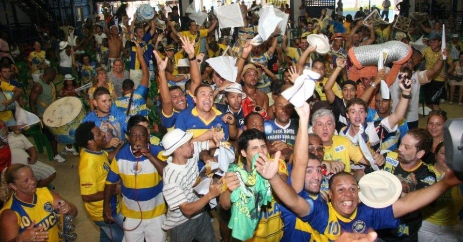 Integrantes da Unidos da Tijuca comemoram a vitória do Carnaval, na quadra da escola, na Leopoldina, Zona Norte do no Rio de Janeiro (22/2/12)