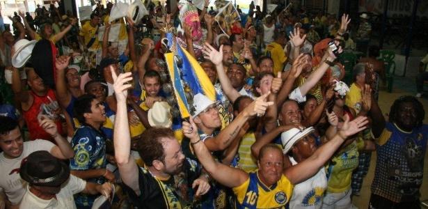 Integrantes da Unidos da Tijuca comemoram a vitória do Carnaval, na quadra da escola, na Leopoldina, Zona Norte do no Rio de Janeiro (22/2/12) - Zulmair Rocha/UOL