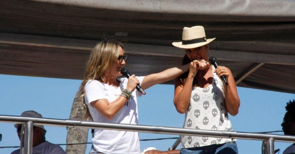 """Ivete Sangalo finge morder a mão de Claudia Leitte no """"arrastão"""", últimos shows de Carnaval em Salvador, Bahia (22/2/12)"""