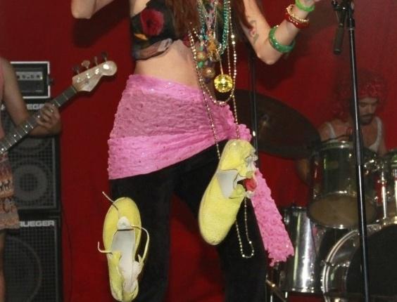 Letícia Novaes, vocalista da Banda Letuce, em apresentação no baile