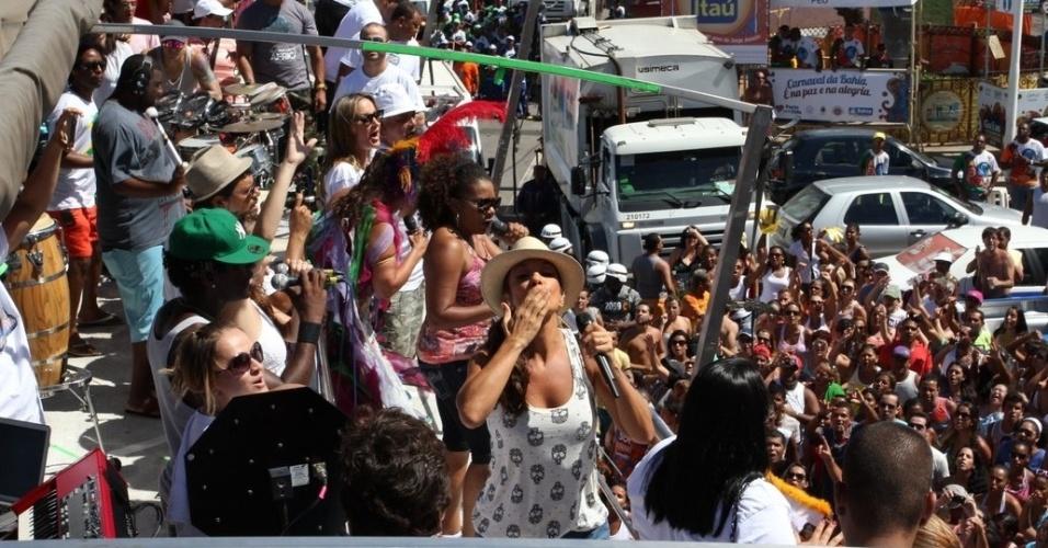 Margareth Menezes, Ivete Sangalo e Claudia Leitte cantam juntas e agitam foliões no último dia de Carnaval em Salvador, Bahia (22/2/12)