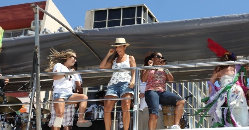 Margareth Menezes, Ivete Sangalo e Claudia Leitte cantam juntas e agitam foliões no último dia de Carnaval em Salvador, Bahia. Mesmo com a perna machucada, Claudia pulou em cima do trio (22/2/12)