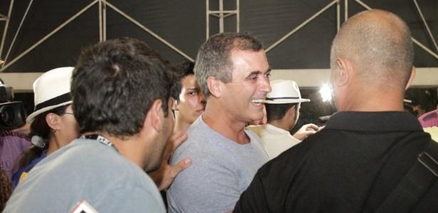 O carnavalesco Paulo Barros, um dos responsáveis pela vitória da Unidos da Tijuca, chega à quadra da escola para comemorar o título (22/2/12)