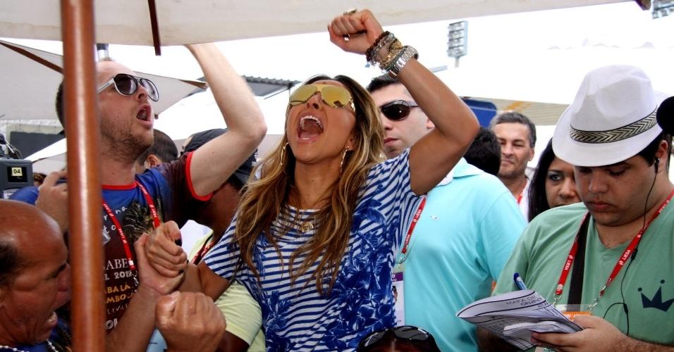 Sabrina Sato, que desfilou pela Vila Isabel, vibra com a apuração das notas dos desfiles do Rio de Janeiro (22/2/12)