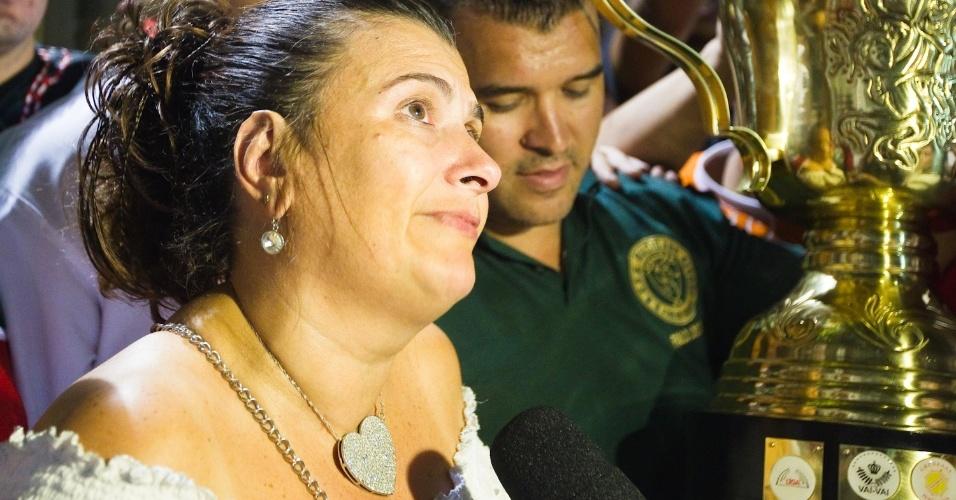 Solange Cruz, presidente da Mocidade Alegre, chega à quadra da escola com a taça de campeã (22/2/2012)