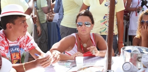 Viviane Araújo, rainha do Salgueiro, acompanha a apuração das notas da escola na Sapucaí (22/2/12)