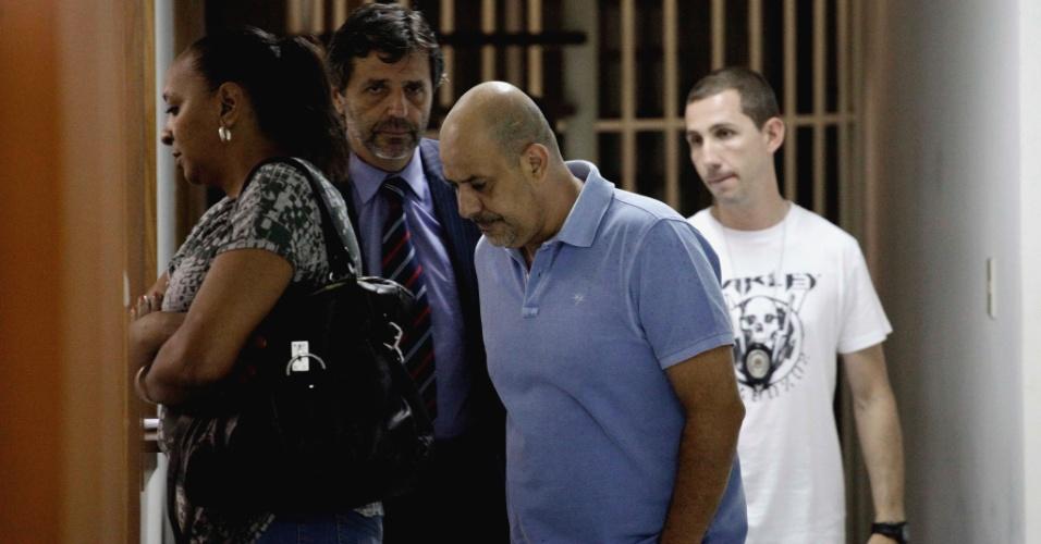 Josélia Alves e Alexandre Salomão, diretores da escola de samba Camisa Verde e Branco, são recebidos pelo delegado Osvaldo Nico Gonçalves (centro) para depor sobre o tumulto na apuração em São Paulo (23/2/12)