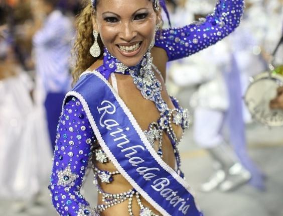 A rainha de bateria da Acadêmicos do Tatuapé samba durante o desfile das campeãs, no Anhembi, em São Paulo. A escola foi vice-campeã do grupo de acesso e no ano que vem desfila no grupo especial (24/2/12)