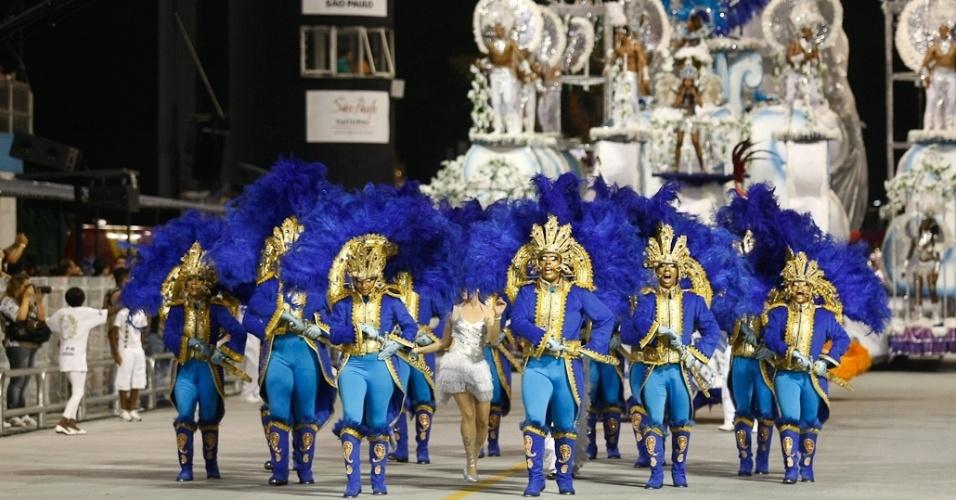Acadêmicos do Tatuapé durante o desfile das campeãs, no Anhembi, em São Paulo. A escola foi vice-campeã do grupo de acesso e no ano que vem desfila no grupo especial (24/2/12)