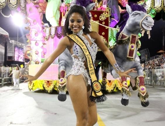 A princesa da bateria da Nenê de Vila Matilde samba no desfile das campeãs, no Anhembi, em São Paulo. A escola foi campeã do grupo de acesso e no ano que vem desfila no grupo especial (24/2/12)