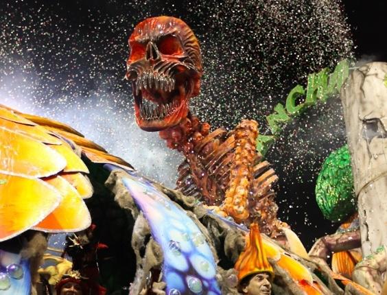 """Detalhe do carro abre-alas da Mancha Verde, """"O Mundo em Destruição"""", feito com material reciclável, durante desfile das campeãs de São Paulo (25/2/2012)"""