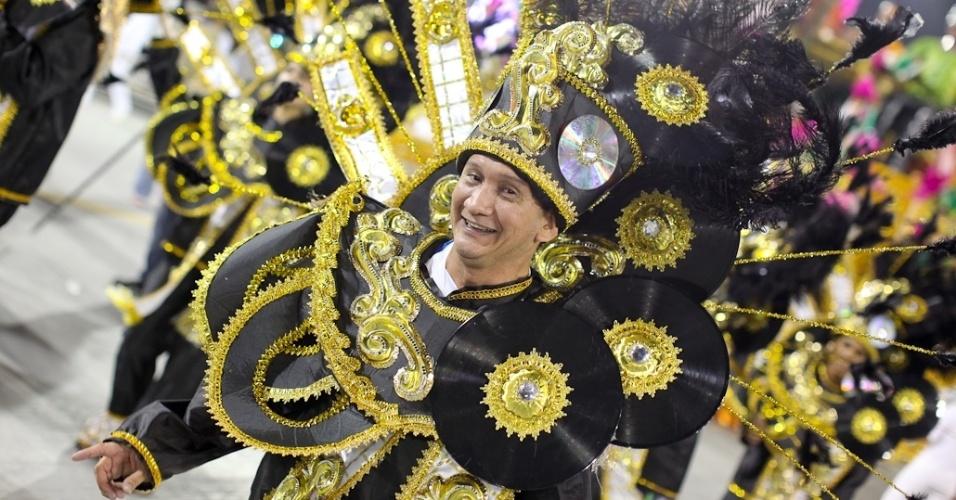 Integrante da Acadêmicos do Tatuapé no desfile das campeãs, no Anhembi, em São Paulo. A escola foi vice-campeã do grupo de acesso e no ano que vem desfila no grupo especial (24/2/12)