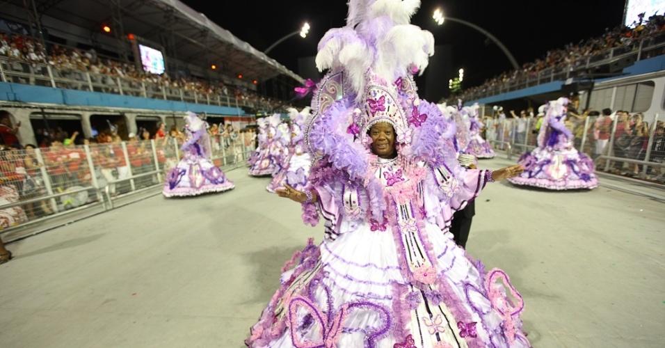 Integrante da ala das baianas da Vai-Vai, escola que homenageou as mulheres no desfile das campeãs em São Paulo (25/2/2012)